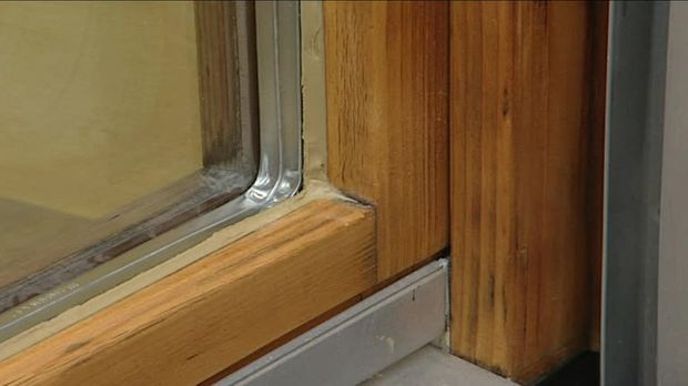 Holzfenster streichen: Erst aufarbeiten, dann bemalen   SAT.1