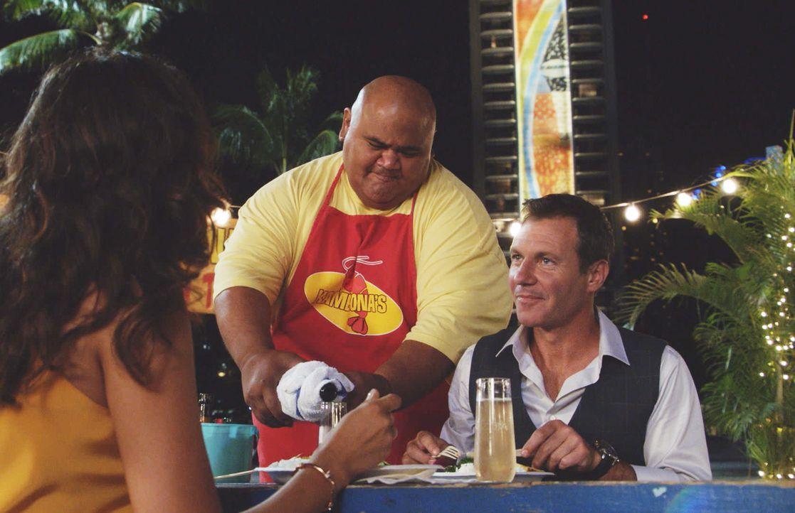 Nachdem sich der pensionierte MI6 Spion Harry Langford (Chris Vance) spontan für eine Verfolgungsjagd auf einen Todesschützen mit dem Hawaii Five-Te... - Bildquelle: 2017 CBS Broadcasting Inc. All Rights Reserved.