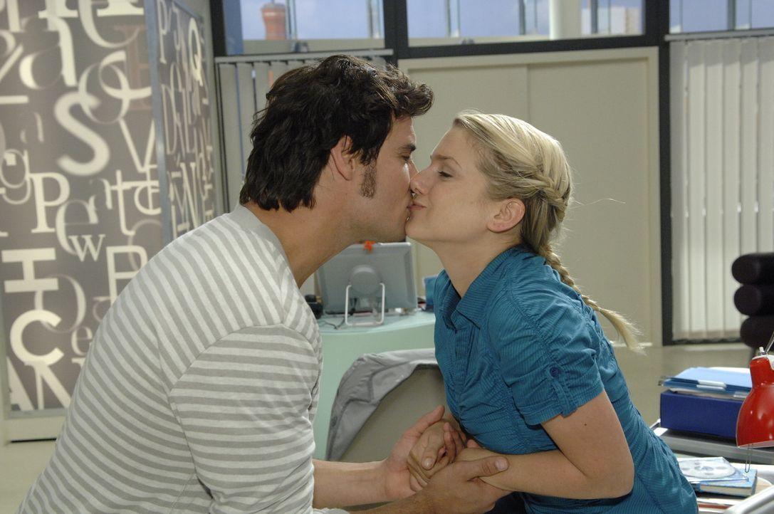 Alexander (Paul Grasshoff, l.) überzeugt Anna (Jeanette Biedermann, r.) mit einem Kuss ... - Bildquelle: Sat.1