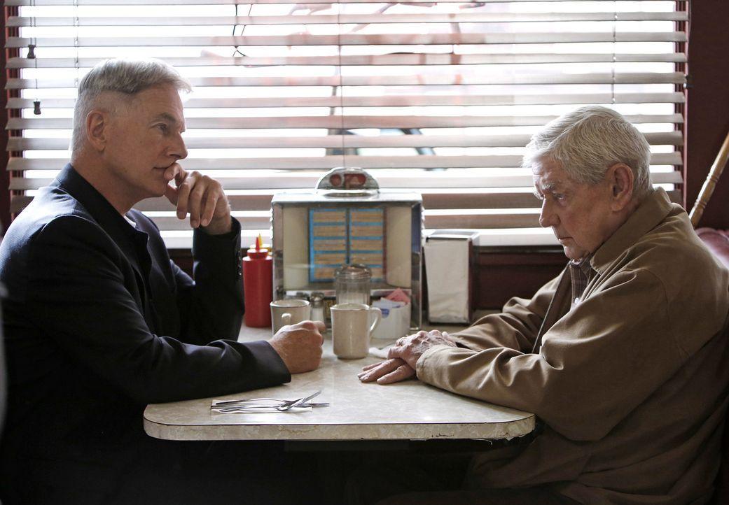 Während er Ermittlungen in einem neuen Fall, wird Gibbs (Mark Harmon, l.) von seinem Vater (Ralph Waite, r.) bedrängt, ihn zu einem alten Freund a... - Bildquelle: CBS Television