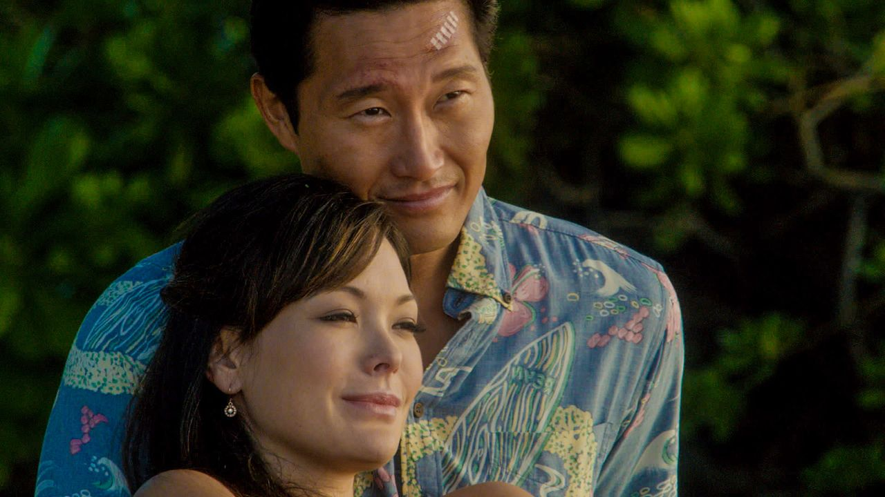 Die Ermittlungen in einem neuen Fall lassen Chin (Daniel Dae Kim, r.) ins offene Messer eines Killers laufen. Leilani (Lindsay Price, l.) bangt um s... - Bildquelle: 2013 CBS BROADCASTING INC. All Rights Reserved.