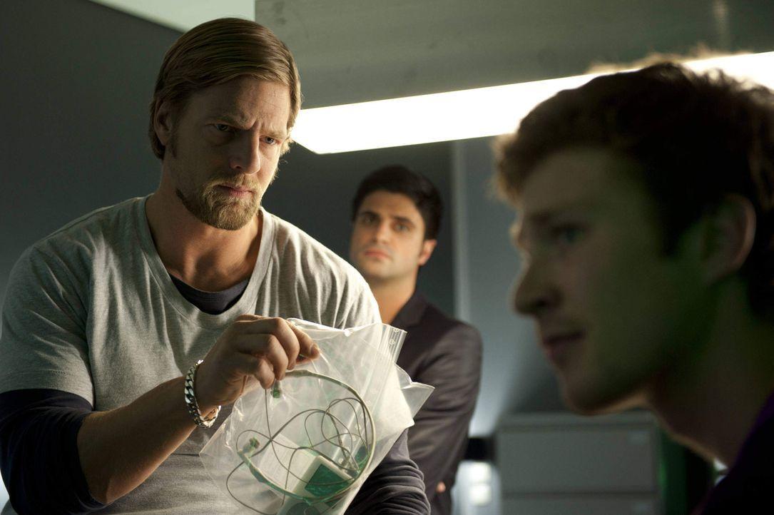 Ist der 17-jährige Rasmus (Sebastian Bender, r.) ein Mutter-Mörder? Allen Beweisen zum Trotz kann Mick (Henning Baum, l.) es nicht glauben. Gemein... - Bildquelle: SAT.1