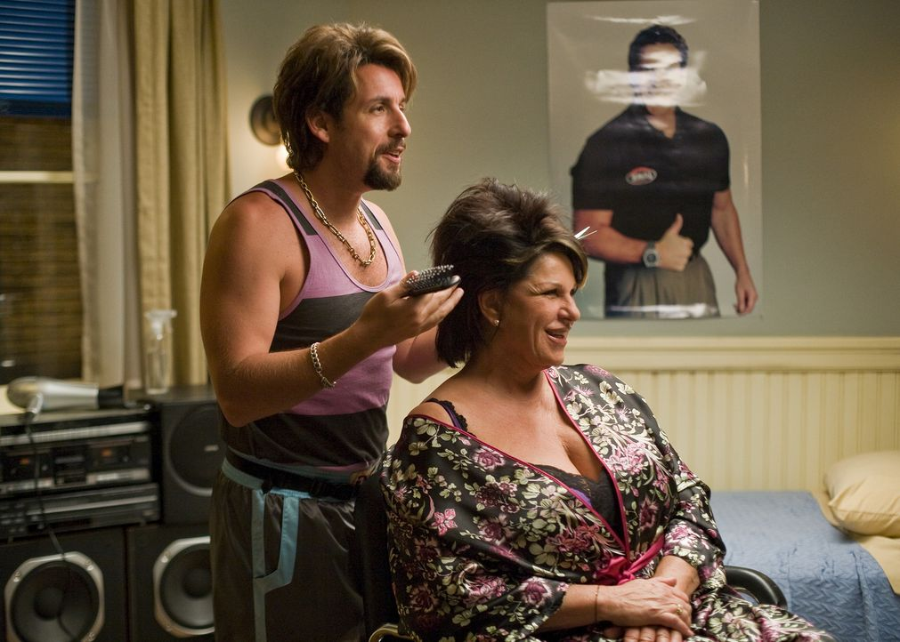 Seine reifen Kundinnen (Lainie Kazan, r.) genießen seine Rundumbetreuung: Zohan (Adam Sandler, l.) ... - Bildquelle: Tracy Bennett 2008 Columbia Pictures Industries, Inc. and Beverly Blvd LLC. All Rights Reserved.