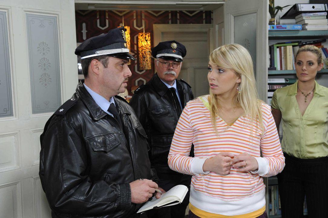 Nachdem Jojo fast von der Polizei geschnappt wurde und nun ohne Papiere auf der Flucht ist, fassen Lily (Jil Funke, 2.v.r.) und Maja (Barbara Lanz,... - Bildquelle: SAT. 1
