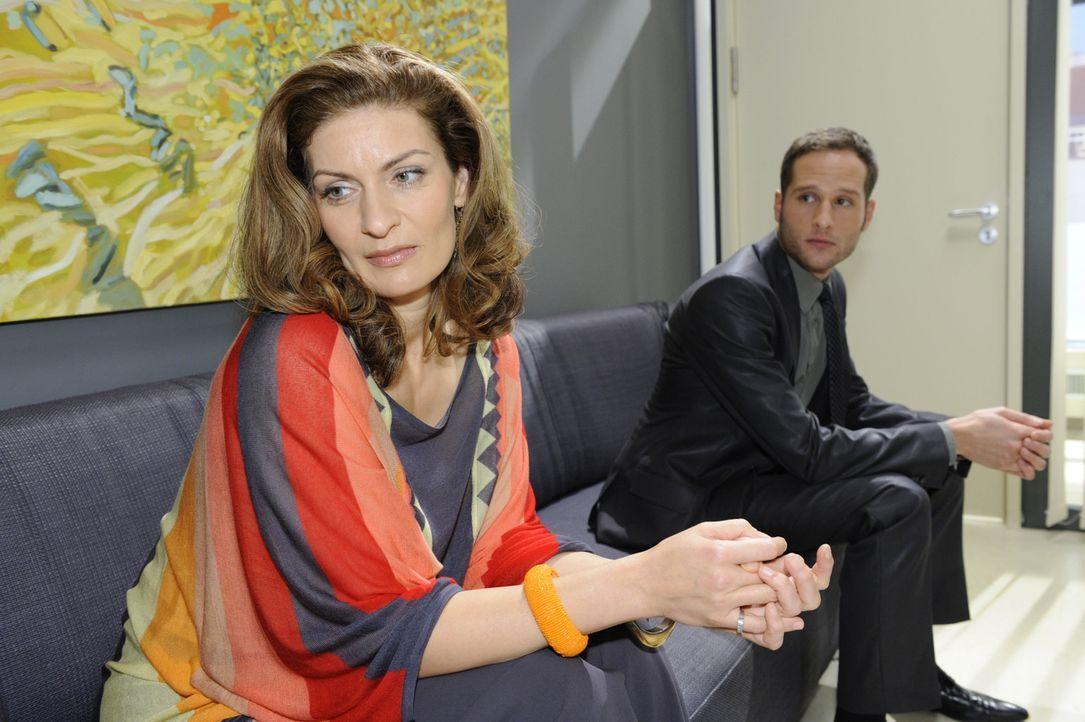 David (Lee Rychter, r.) überfährt Natascha (Franziska Matthus, l.) mit dem Geständnis seiner vermeintlichen Gefühle. Doch wird sie ihm glauben? - Bildquelle: SAT.1