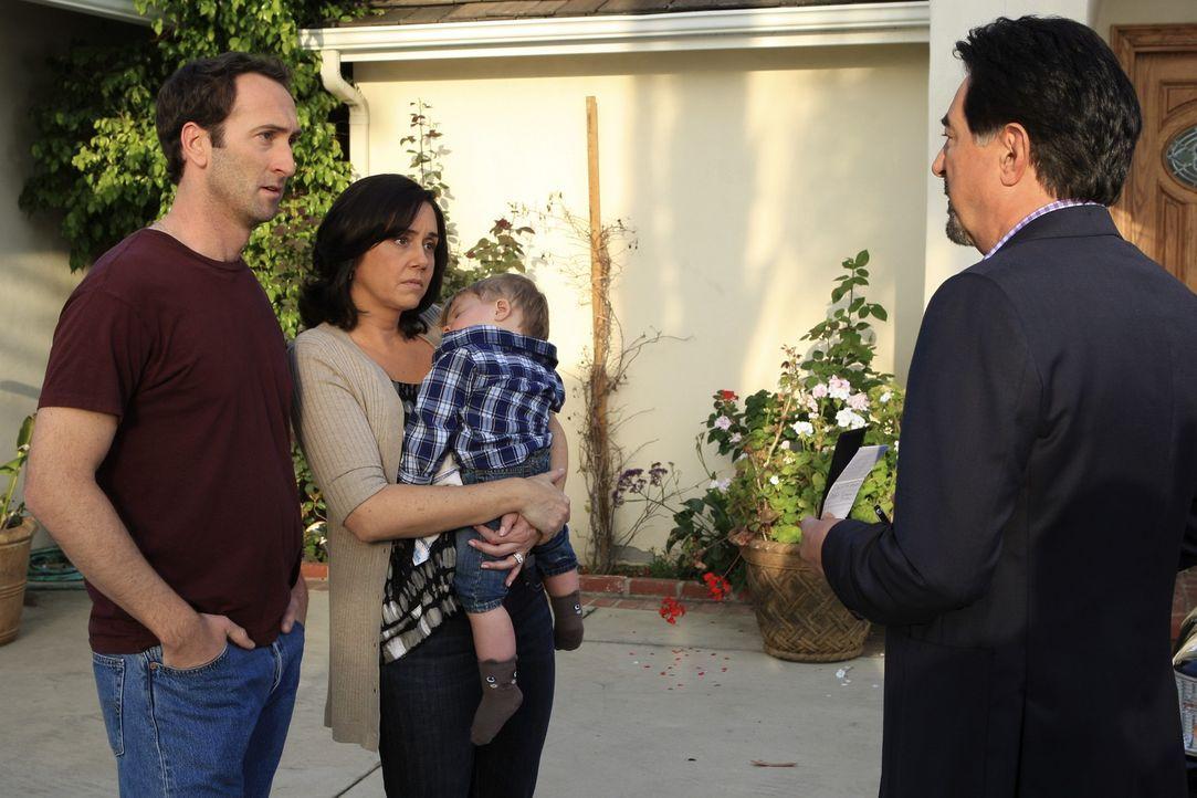 Bob (Nick Toren, l.) und Rosemary Jenkins (Rae Latt, 2.v.l.) können nicht fassen, dass ihre Babysitterin in ihrem Haus brutal ermordet wurde. Rossi... - Bildquelle: ABC Studios
