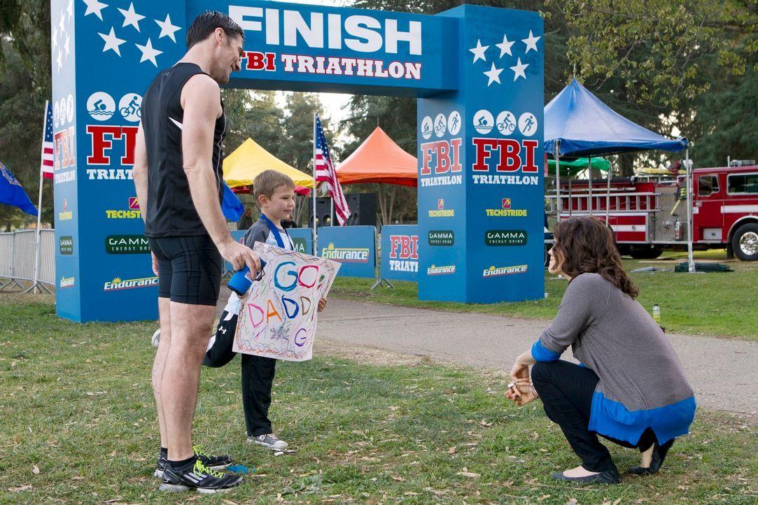 Nachdem Hotch (Thomas Gibson, l.) erfolgreich am FBI-Triathlon teilgenommen hat, stellt er seinem Sohn Jack (Cade Owens, M.) Beth (Bellamy Young, r.... - Bildquelle: ABC Studios