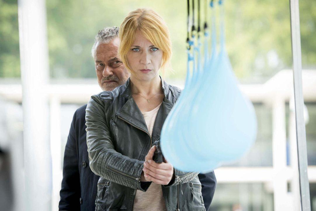 Können mit Wasser gefüllte Luftballons eine Patrone aufhalten? Tremmel (Rolf Kanies, l.) und Elena (Annika Ernst, r.) starten ein gewagtes Experimen... - Bildquelle: Martin Rottenkolber SAT.1