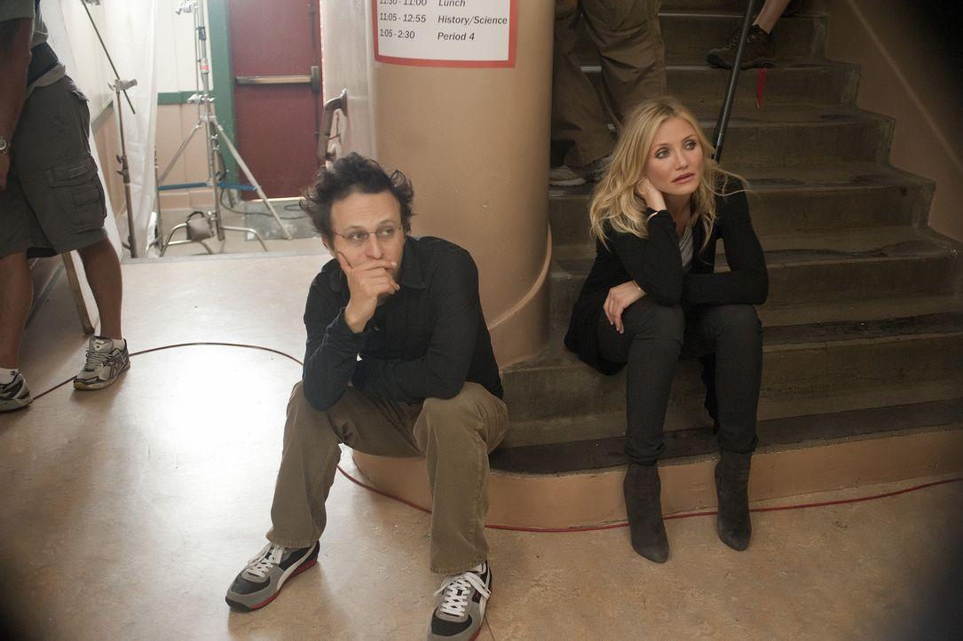"""Regisseur Jake Kasdan, l. und Cameron Diaz, r. am Set von """"Bad Teacher"""" - Bildquelle: 2011 Columbia Pictures Industries, Inc. All Rights Reserved."""