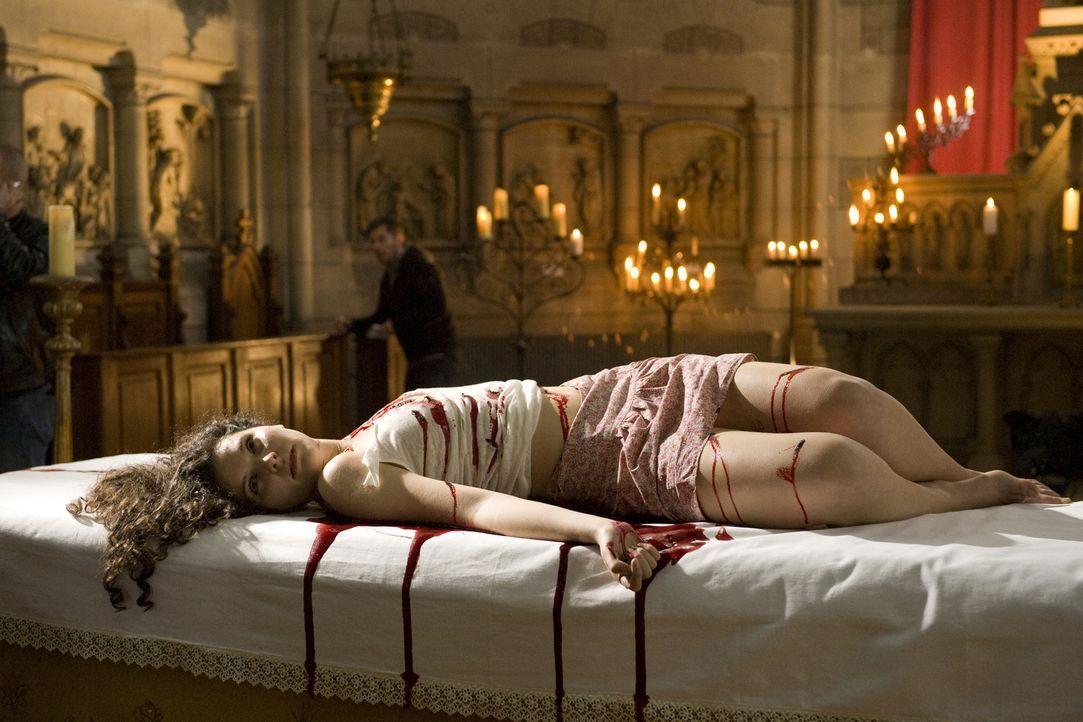 Warum musste die junge Maria (Darstellerin unbekannt) auf einem Altar ihr Leben lassen? - Bildquelle: Jaïr Sfez 2012 BEAUBOURG AUDIOVISUEL