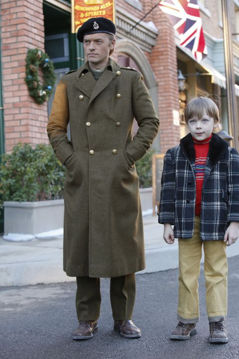 Ducky (Adam Campbell, l.) erinnert sich zurück an seine Zeit mit seinem Halbbruder Nicholas (Andy Walken, r.) sowie an dessen tragischen Tod und die... - Bildquelle: Robert Voets CBS Television