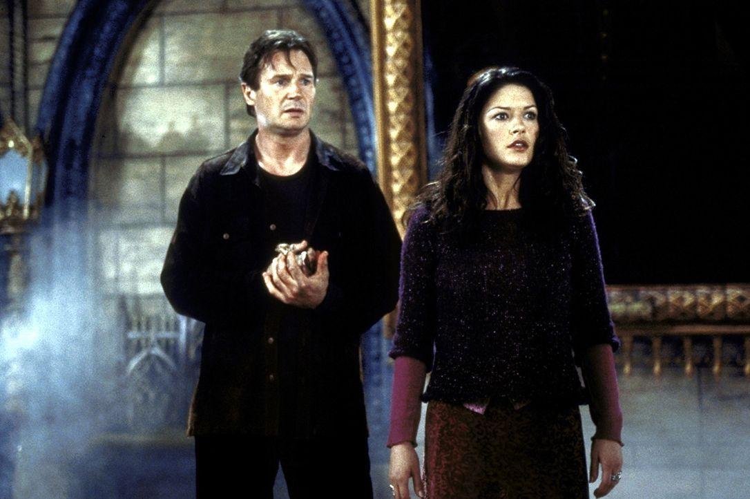 Um den Geheimnissen auf die Spur zu kommen, begibt sich der Wissenschaftler Dr. David Marrow (Liam Neeson, l.) mit der attraktiven Theodora (Catheri... - Bildquelle: TM &  1999 Dreamworks L.L.C. All Rights Reserved