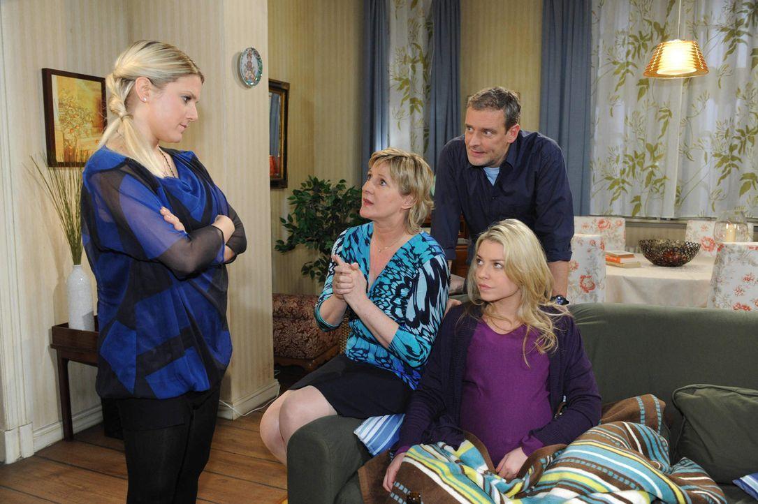 Katja (Karolina Lodyga, r.) nutzt die emotional aufgewühlte Situation nach Annas (jeannette Biedermann, l.) Fernsehauftritt aus, um sich selbst als... - Bildquelle: SAT.1
