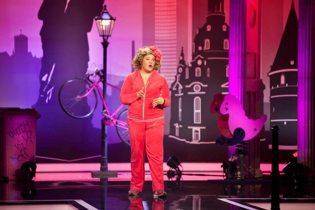 """Mother of Comedy is back! Comedy-Prinzessin Cindy verlässt für ihre neue Show """"Schwarz Rot Pink"""" Marzahn, fährt quer durchs Land und erlebt ganz bes... - Bildquelle: Michael Paech SAT.1"""