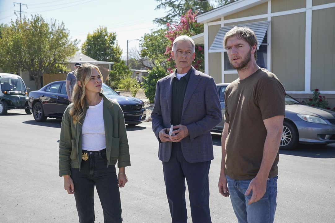 (v.l.n.r.) Ellie Bishop (Emily Wickersham); Leroy Jethro Gibbs (Mark Harmon); Peter Buck (Cliff Chamberlain) - Bildquelle: Sonja Flemming 2019 CBS Broadcasting, Inc. All Rights Reserved. / Sonja Flemming