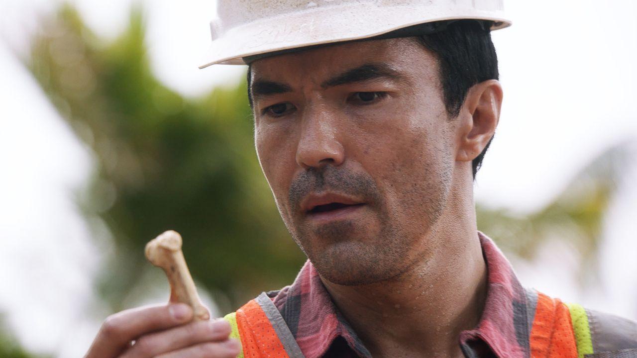 Adam (Ian Anthony Dale) findet bei der Arbeit auf einer Baustelle ein Knochenfragment im Boden und glaubt, dass auf dem Gelände ein Verbrechen statt... - Bildquelle: 2016 CBS Broadcasting, Inc. All Rights Reserved