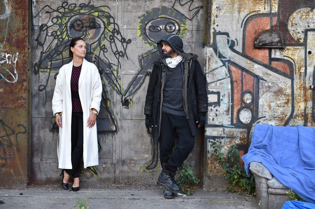 Wird Daniel (Raphael Vogt, r.) die Stadt verlassen, obwohl Melissa (Sarah Maria Besgen, l.) auf seine Unterstützung zählt? - Bildquelle: Andre Kowalski SAT.1/André Kowalski