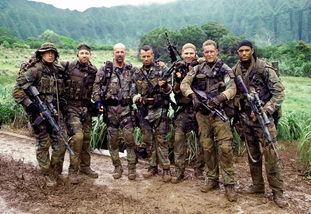 Ein folgenreicher Routineeinsatz: (v.l.n.r.) Jason (Chad Smith), Danny (Paul Francis), Lieutenant A. K. Waters (Bruce Willis), Kelly (Johnny Messner... - Bildquelle: 2004 Sony Pictures Television International. All Rights Reserved.