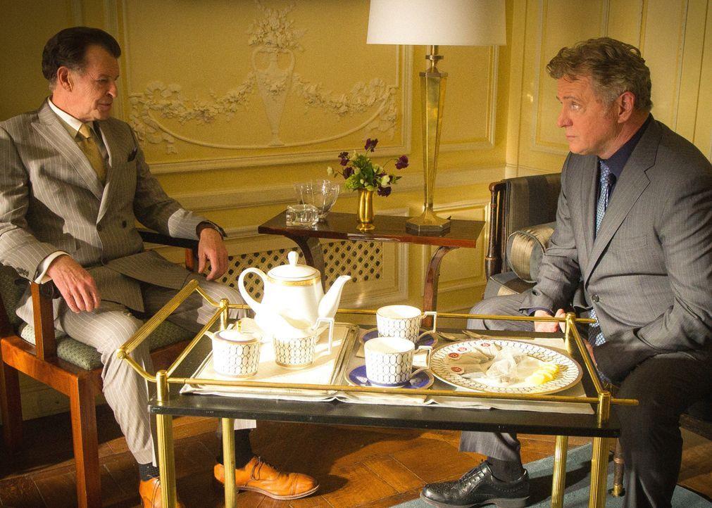 Captain Gregson (Aidan Quinn, r.) befragt Morland (John Noble, l.) zum Mord an Emil Kurtz, einem seiner Mitarbeiter, der das Ziel eines Auftragskill... - Bildquelle: Jeff Neira 2016 CBS Broadcasting Inc. All Rights Reserved.