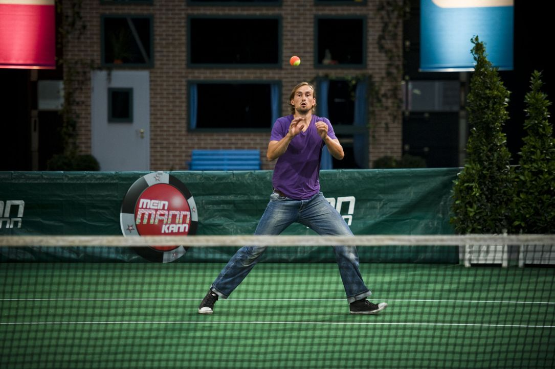 Wie viele Tennisbälle aus einer Ballmaschine kann Alexander fangen? - Bildquelle: SAT.1