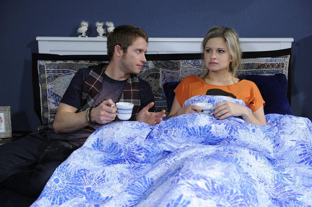 Mia (Josephine Schmidt, r.) glaubt, dass Lars nur aus Mitleid mit ihr zusammen ist und ist völlig unglücklich. Jojo (Bernhard Bozian, l.) wäscht... - Bildquelle: SAT.1