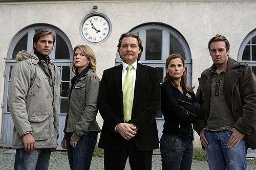 Ingo Lenßen (M.) und seine beiden Ermittlerteams: Sebastian Thiele (l.) und Katja Hansen (2.v.l.), Sandra Nitka (2.v.r.) und Christian Storm (r.)  - Bildquelle: Sat1