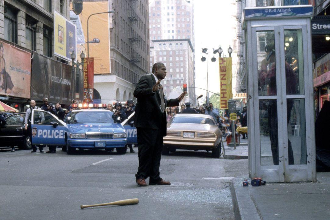 Captain Ramey (Forest Whitaker, l.) versucht Stu (Colin Farrell, r.) zum Aufgeben und Auflegen zu bewegen. Doch er ahnt nicht, dass Stus Leben am se... - Bildquelle: 2003 Twentieth Century Fox Film Corporation. All rights reserved.