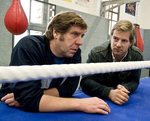 Berschel arbeitet bei Boxtrainer Hacki (Uwe Rohde, l.), einem alten Bekannten von Mick (Henning Baum). - Bildquelle: Martin Rottenkolber - Sat1