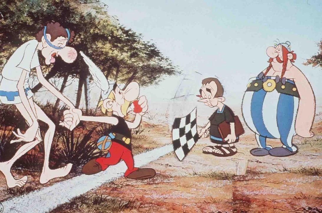 Mit Leichtigkeit hat Asterix (2.v.l.) den Marathonläufer (l.) besiegt und ist wieder eine Runde weiter ... - Bildquelle: Jugendfilm-Verleih GmbH
