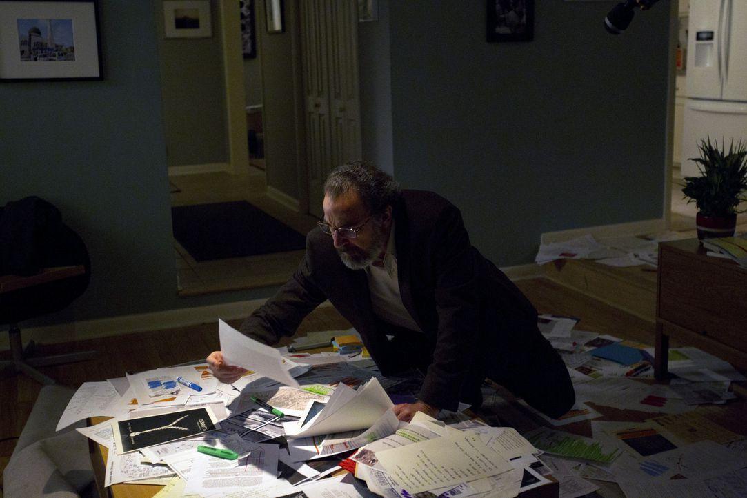 Saul (Mandy Patinkin) kann und will nicht glauben, dass Carries Notizen nur Produkte ihrer manischen Depression sind ... - Bildquelle: 20th Century Fox International Television