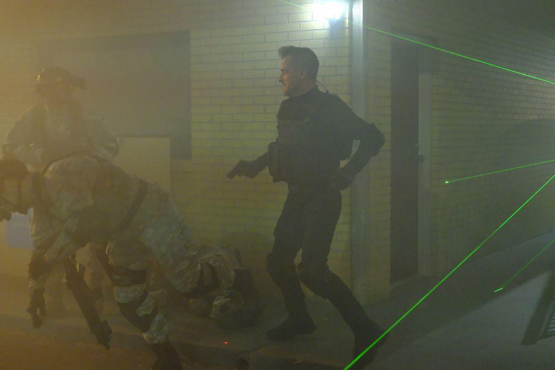 """Als die Terrororganisation Omnus ein Killerkommando schickt, um MacGyver und den """"Architekten"""" zu töten, kommt Jack (George Eads, r.) ihnen zu Hilfe... - Bildquelle: Guy D'Alema 2017 CBS Broadcasting, Inc. All Rights Reserved."""