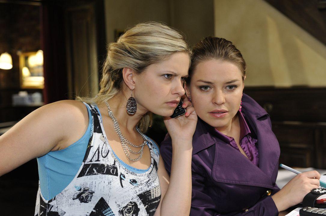Erfahren interessante Neuigkeiten: Mia (Josephine Schmidt, l.) und Katja (Karolina Lodyga, r.) ... - Bildquelle: SAT.1