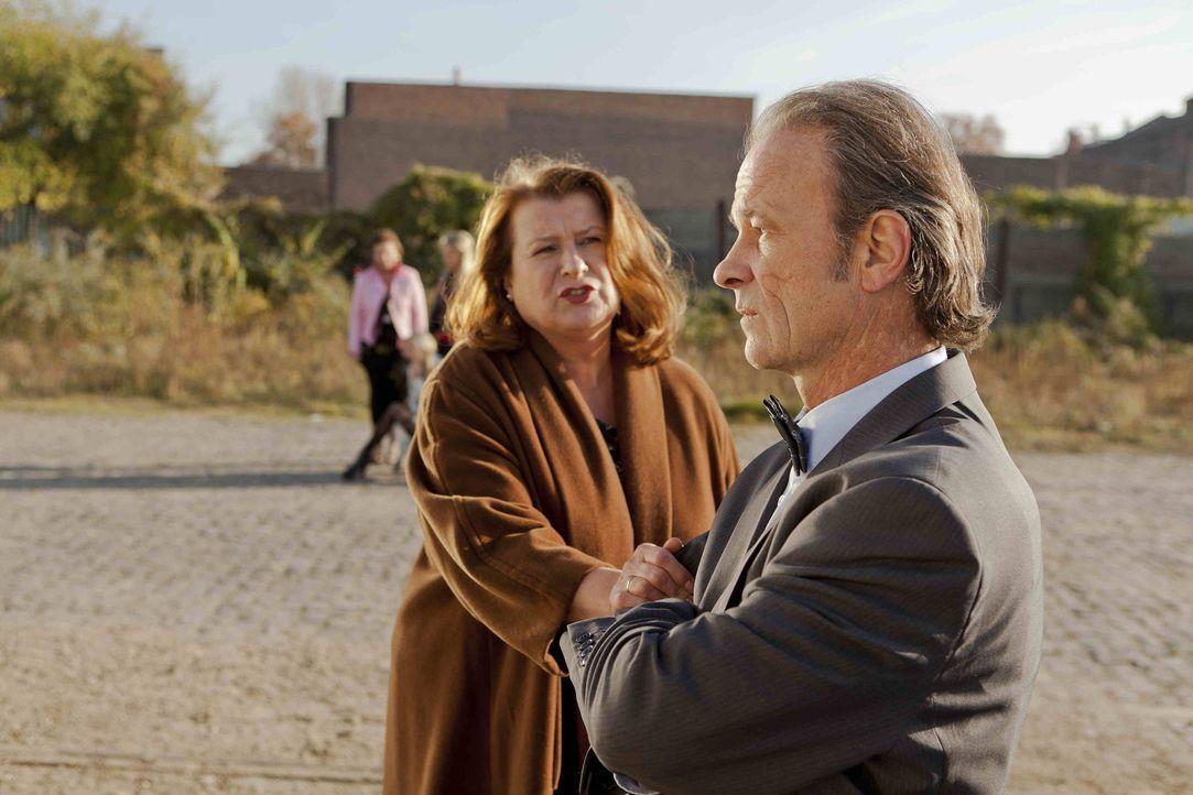 Nachdem Rolf Bode (Thomas Anzenhofer, r.) erfahren hat, welchen Job seine Frau Ulla (Traute Hoess, l.) ausübt - kann er nicht mehr an sich halten ... - Bildquelle: SAT.1