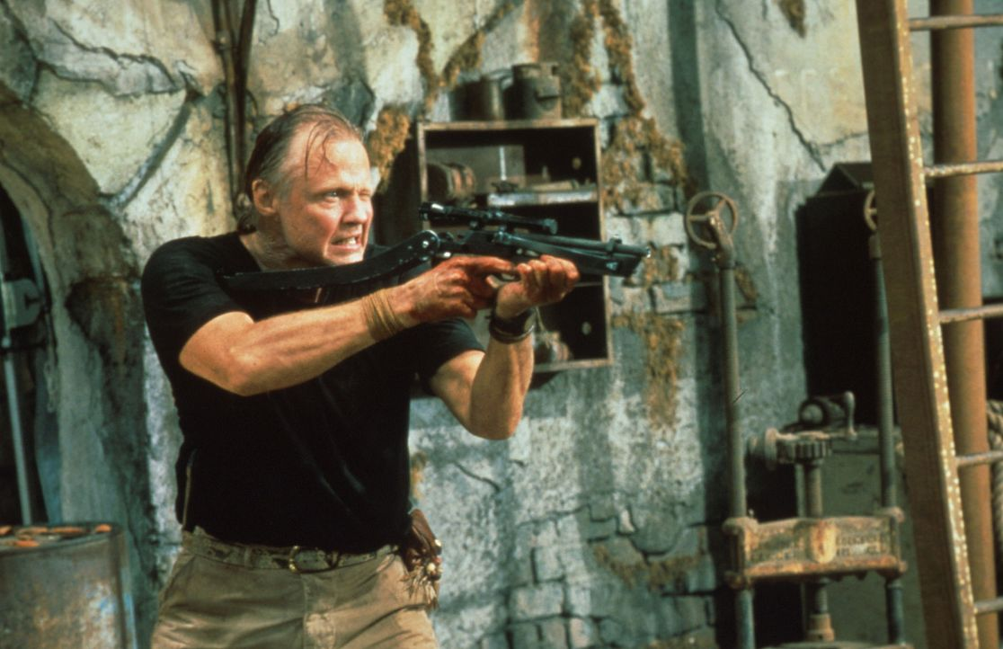Der zwielichtige Schlangenexperte Paul Sarone (Jon Voight) erweist sich als ein skrupelloser Psychopath ... - Bildquelle: Columbia TriStar