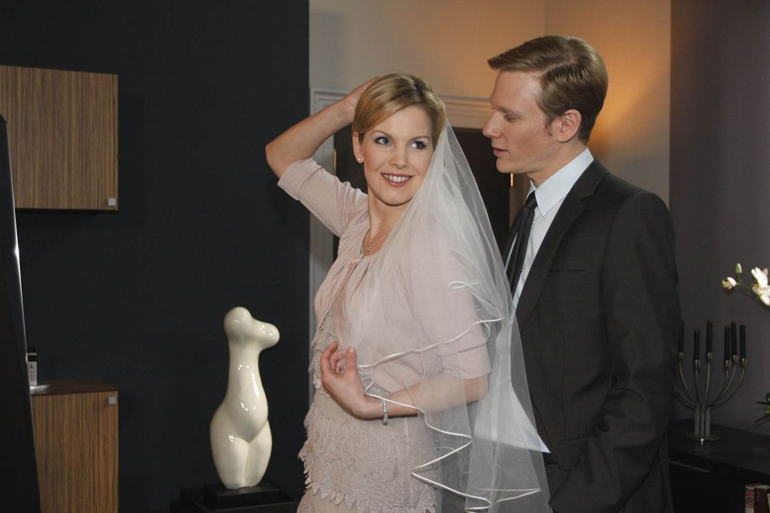 Alexandra (Ivonne Schönherr, l.) ist perplex, als Philip (Philipp Romann, r.) ihr Marks wahre Identität offenbart ... - Bildquelle: SAT.1
