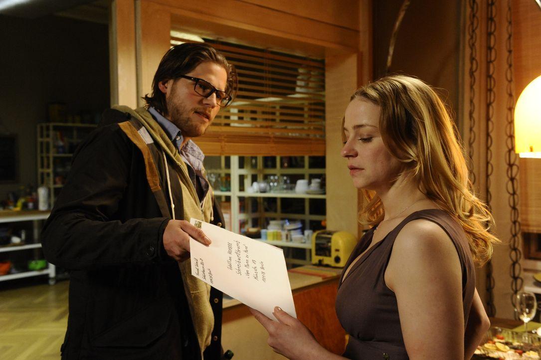 Als Tine (Theresa Scholze, r.) herausfindet, dass sie von ihrem Freund Frank (Sebastian Ströbel, l.) betrogen wurde, reicht sie unter dessen Namen... - Bildquelle: Claudius Pflug SAT.1