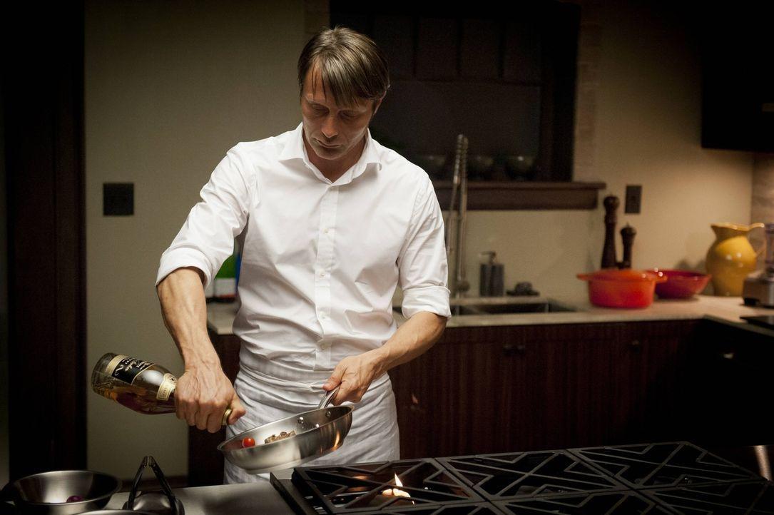 Mit Hingabe bereitet Dr. Hannibal Lecter (Mads Mikkelsen) das Abendmahl zu ... - Bildquelle: 2012 NBC Universal Media, LLC