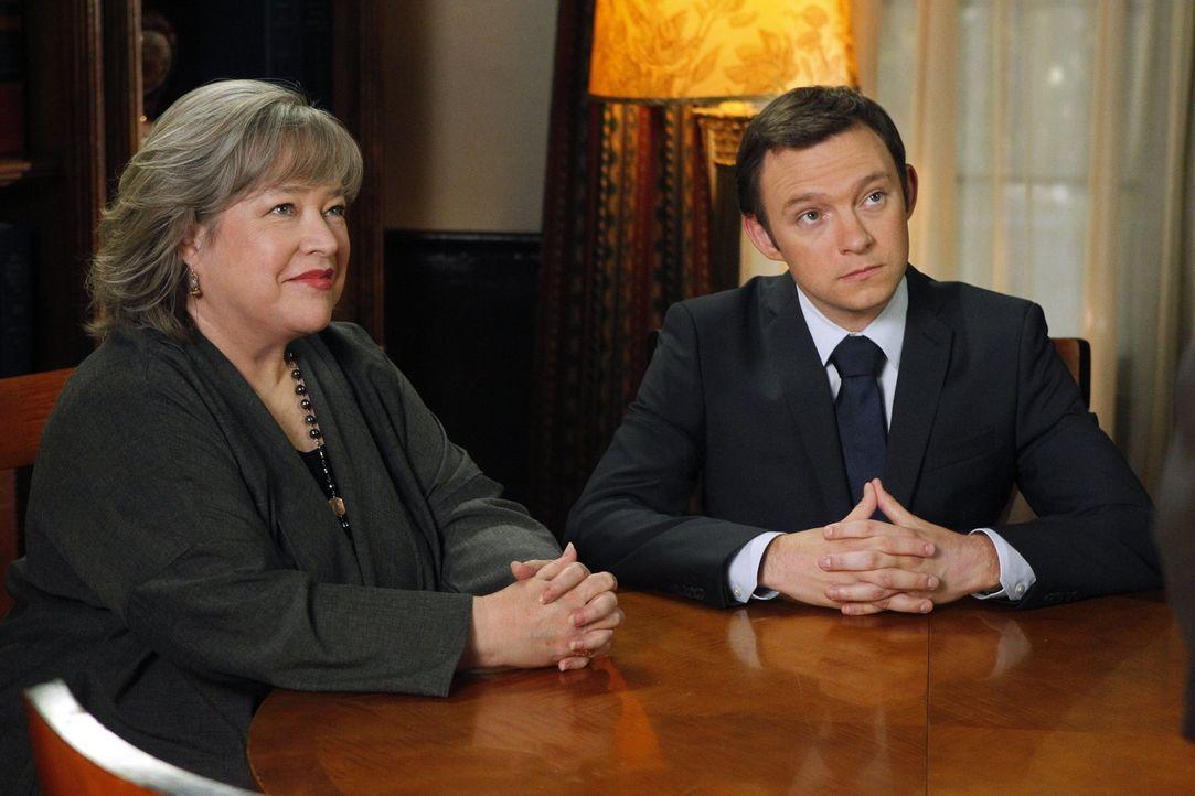 Neue spannende Fälle warten auf Harry (Kathy Bates, l.) und Adam (Nathan Corddry, r.) ... - Bildquelle: Warner Bros. Television