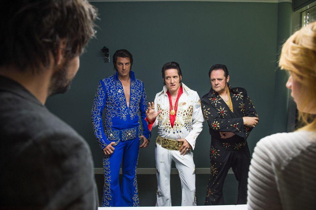 Die DNA-Ergebnisse der gefundenen Haare des Tatorts lassen Elvis posthum zum Mörder werden. Oder ist eines seiner Doubles (Bela B., M.) dessen unehe... - Bildquelle: Wolfgang Ennenbach SAT.1