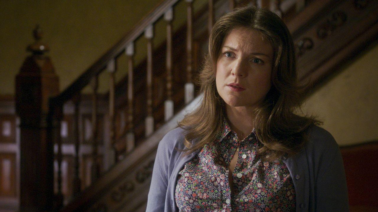 May (Joanna Christie) taucht plötzlich wieder auf und bringt Holmes damit ganz schön durcheinander  ... - Bildquelle: 2017 CBS Broadcasting, Inc. All Rights Reserved.
