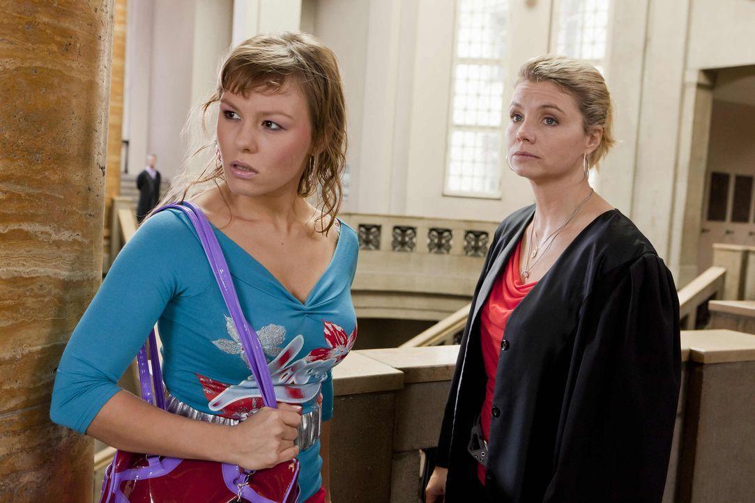 Mit großem Einsatz versucht Danni (Annette Frier, r.) ihrer neuen Mandantin Melli (Wanda Worch, l.) zu helfen. Doch werden sie vor Gericht Erfolg h... - Bildquelle: SAT.1