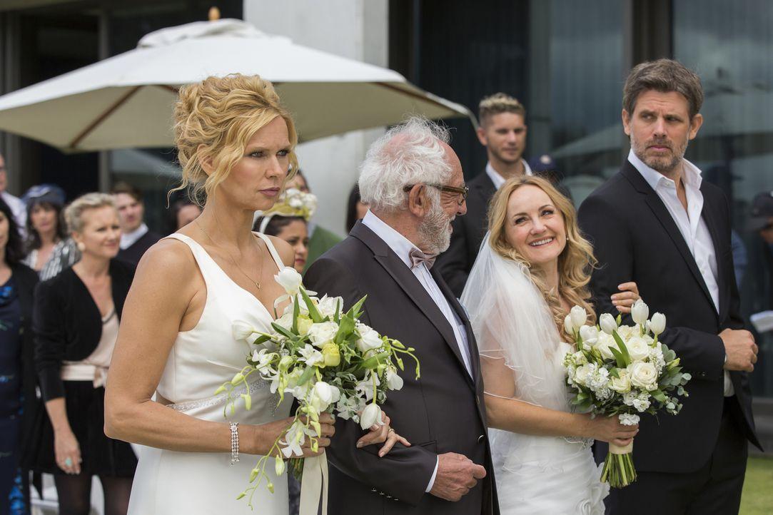 Der große Tag ist da: Doch Annabel (Veronica Ferres, l.) und Tom (Steffen Groth, r.) sind gar nicht glücklich, dass sie heute Reiner (Dieter Hallerv... - Bildquelle: Charlie Sperring SAT.1