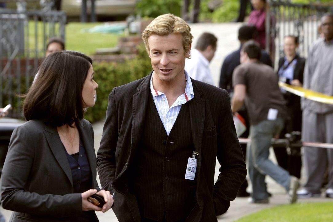 Patrick Jane (Simon Baker, r.), Medium und Berater bei der Polizei, wird mitsamt seiner Kollegin Teresa Lisbon (Robin Tunney, l.) zu einem Einsatzor... - Bildquelle: Warner Bros. Television