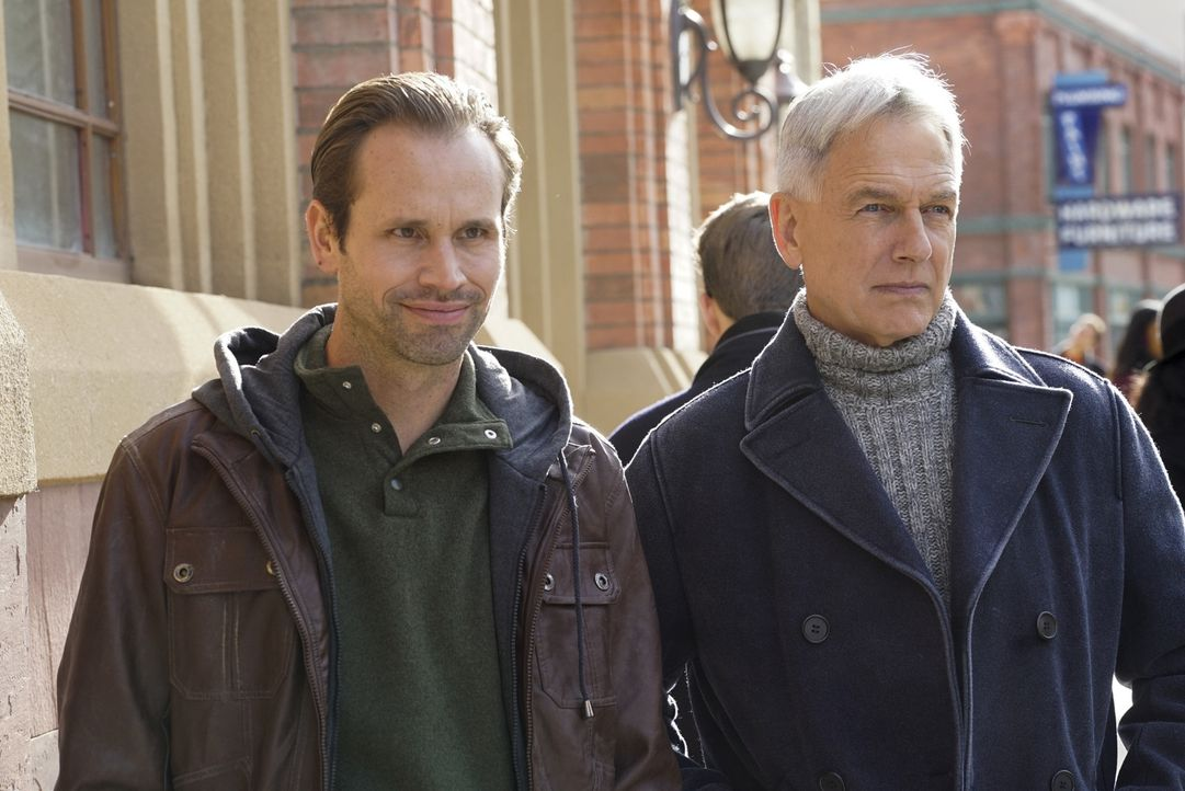 Warum nimmt Gibbs (Mark Harmon, r.) seinen Decknamen an und taucht unter, als er den Bruder (Tobias Jelinek, l.) eines auf der NCIS Most Wanted List... - Bildquelle: Cliff Lipson 2016 CBS Broadcasting, Inc. All Rights Reserved