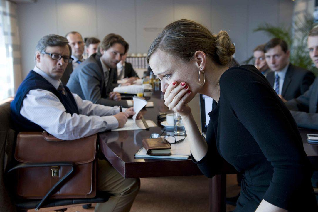 Gott, ist mir schlecht! Kerstin (Nadja Becker, r.) gilt als überhebliche, skrupellose und männerverachtende Chefin. Doch jetzt gibt es gleich zwei... - Bildquelle: SAT.1