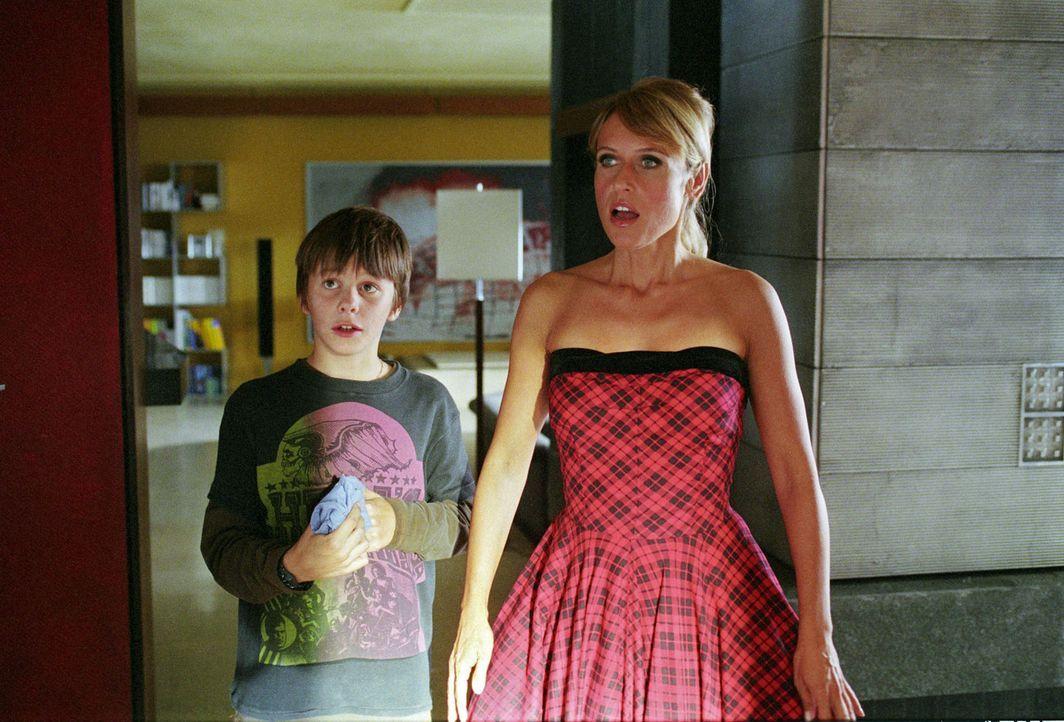 Jacky (Anica Dobra, r.) und Leon (Jonathan Beck, l.) müssen zu ihrem Entsetzen feststellen, dass Jackys Vater und seine Frau zum Geschäftsessen blei... - Bildquelle: Sat.1