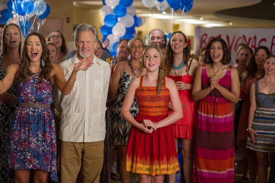Wird es dem CMA-Team (v.l.n.r.) Phoebe (Austin Highsmith), Reed (Kris Kristofferson) und Hazel (Cozi Zuehlsdorff) am Ende gelingen, den Delfin Winte... - Bildquelle: Warner Brothers Entertainment Inc.