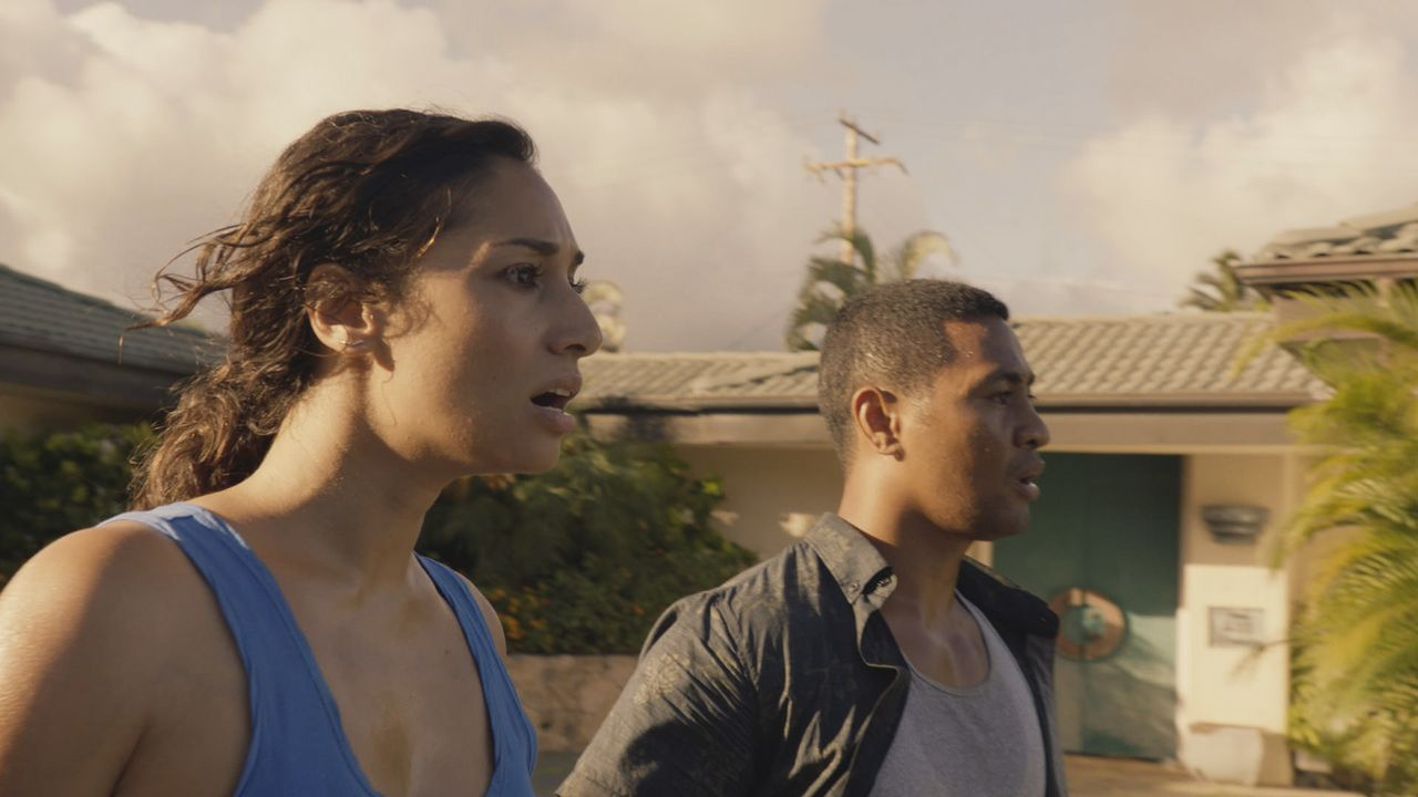 Tani Rey (Meaghan Rath, l.); Junior Reigns (Beulah Koale, r,) - Bildquelle: 2018 CBS Broadcasting, Inc. All Rights Reserved