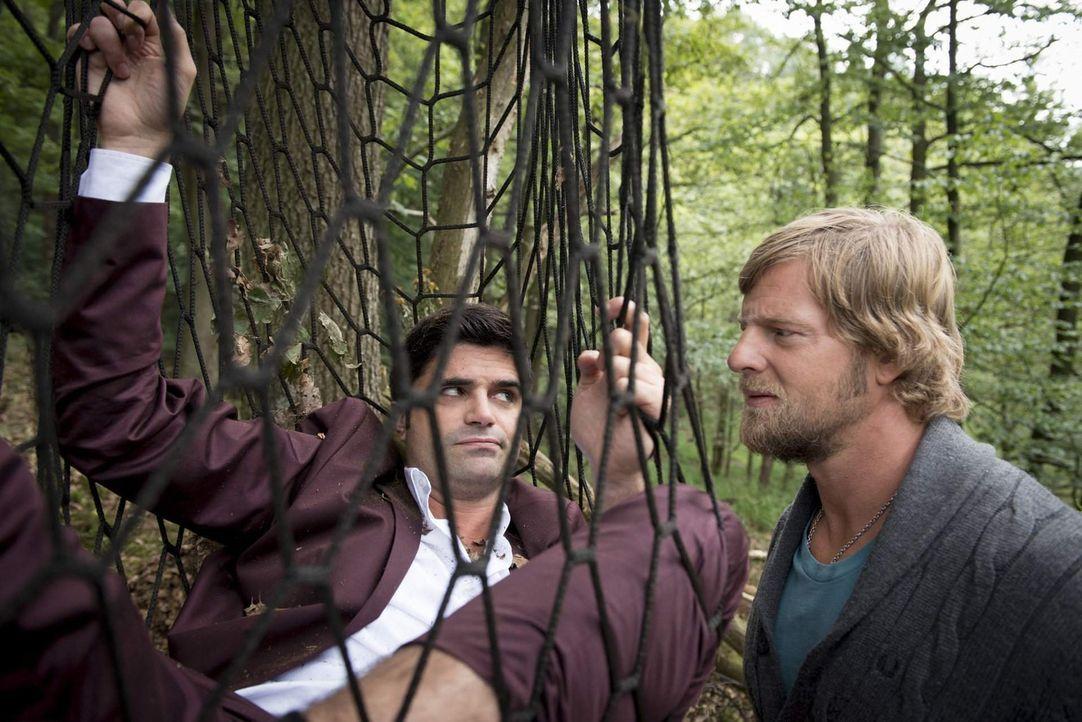 Gerät in eine Falle, die Mick (Henning Baum, r.) für nervende Ex-Kollegen gelegt hat: Andreas (Maximilian Grill, l.). Doch dann erfährt Mick von... - Bildquelle: Martin Rottenkolber SAT. 1