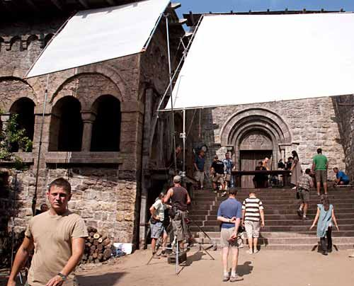 """Im Juni 2009 begannen in Ungarn und Österreich die Dreharbeiten zum TV-Vierteiler """"Die Säulen der Erde"""". - Bildquelle: Egon_Endrenyi_-_Tandem_Productions_-_Pillars_Productions"""